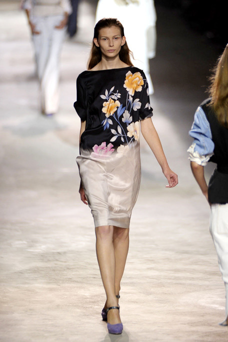 asia1DRIES-VAN-NOTEN-SPRING-RTW-2011-PODIUM-011_runway.jpg