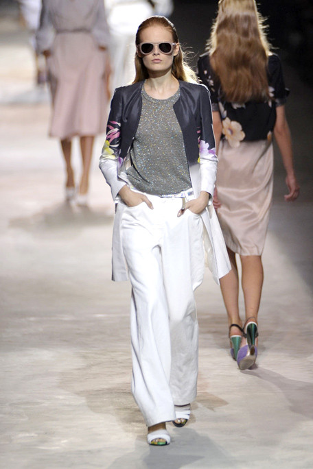 asia3DRIES-VAN-NOTEN-SPRING-RTW-2011-PODIUM-014_runway.jpg