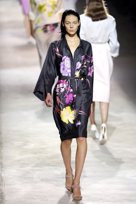 asia4DRIES-VAN-NOTEN-SPRING-RTW-2011-PODIUM-017_runway.jpg