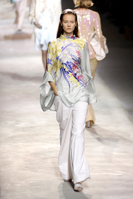 asia6DRIES-VAN-NOTEN-SPRING-RTW-2011-PODIUM-039_runway.jpg