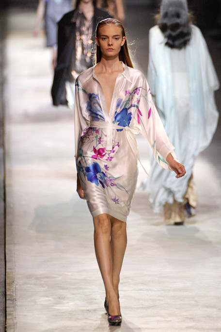 asia7DRIES-VAN-NOTEN-SPRING-RTW-2011-PODIUM-048_runway.jpg