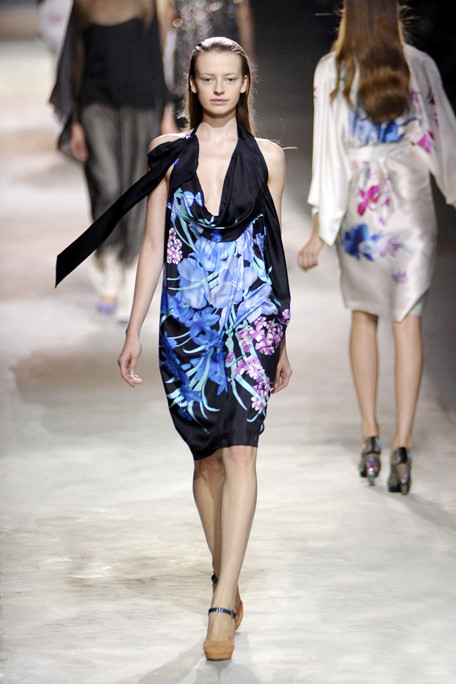 asia8DRIES-VAN-NOTEN-SPRING-RTW-2011-PODIUM-051_runway.jpg