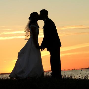 kussend bruidspaar