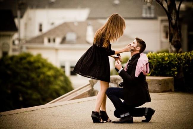 huwelijks aanzoek met gouden verlovingsring