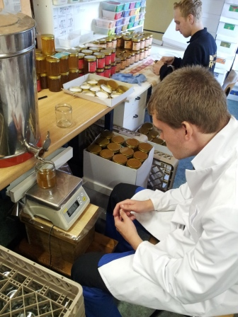 Honingafvullen en honingpotten etiketteren