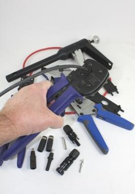 Montage van solarconnector aan kabel met de juiste krimptang