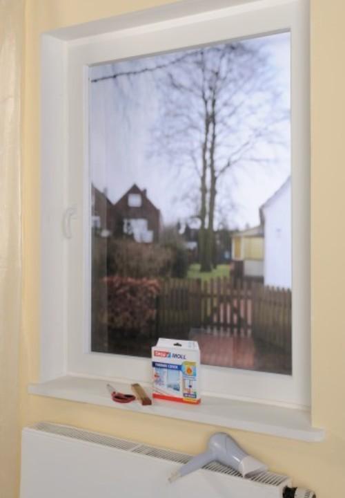 Tesa vensterfolie gemonteerd op een raam