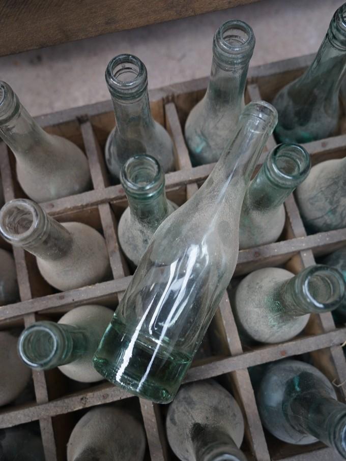 Houten krat met flesjes