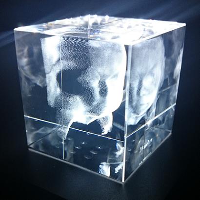 Kristallen kubus met 3D echo - 80 x 80 x 80 mm + 12 Led sokkel