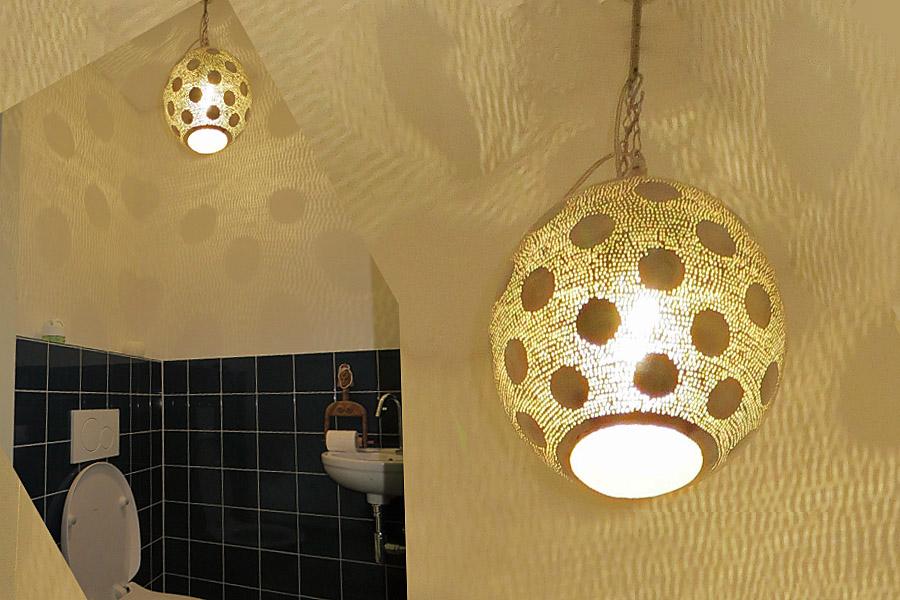 Lamp met stippen op toilet