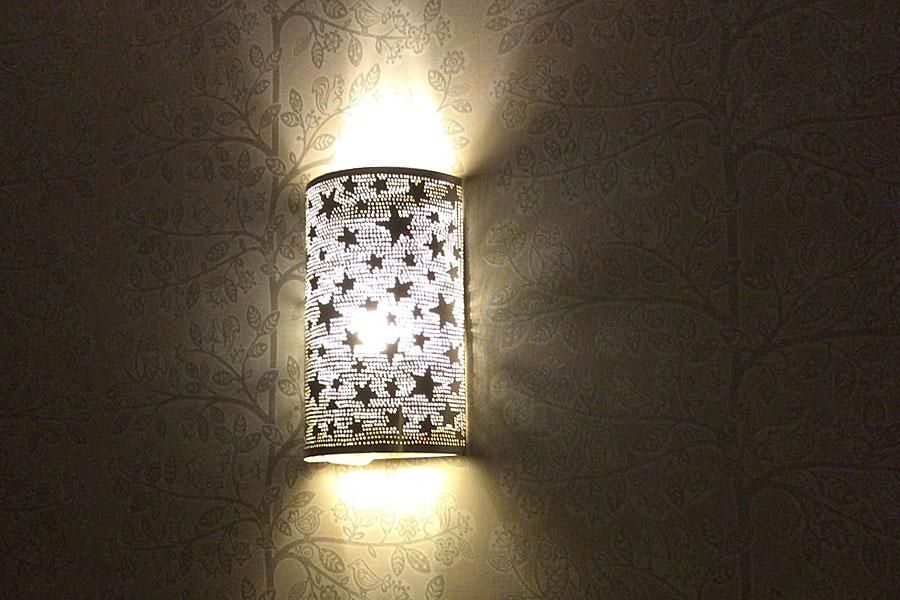 Wandlamp met sterren op kinderkamer