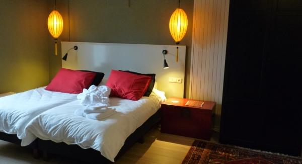 Gele lampionnen als hanglamp in een slaapkamer.