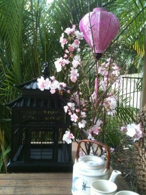 Roze lampion in een Japanse tuin