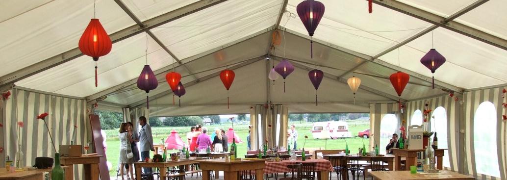 Lampionnen als feestverlichting in de feesttent bij bruiloft