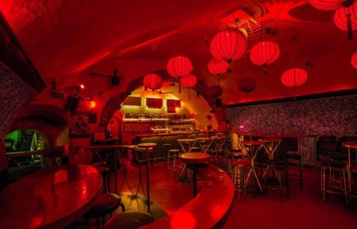 Rode lampionnen in een kelderbar