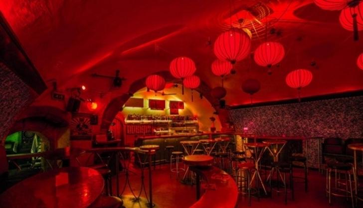 Rote Lampions in den Partykeller