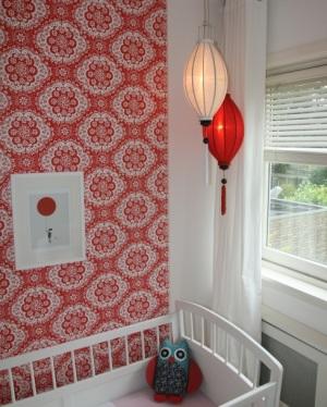 Rote und weisse laterne in Kinderzimmer