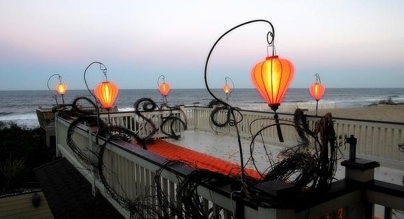 Oranje lampionnen als verlichting op het strand