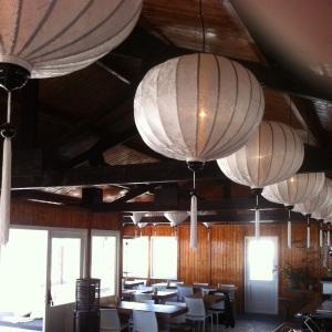 Weiße Laternen hängen im Café