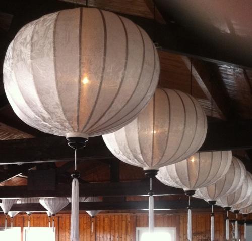 Witte lampionnen in een cafe