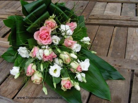 Rouwboeket Met Roze Rozen En Witte Lisianthus Oogt Luxe En