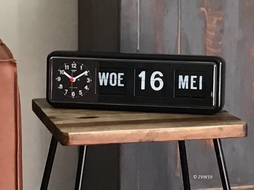 Klok met dag en datum