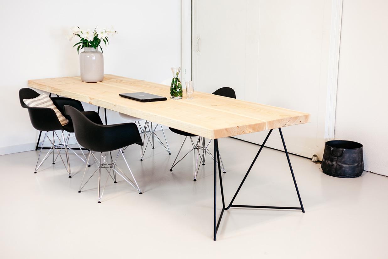 https://myshop.s3-external-3.amazonaws.com/shop2329900.pictures.houten-tafel-eigenzinnig-metalen-frame-PLF.jpg