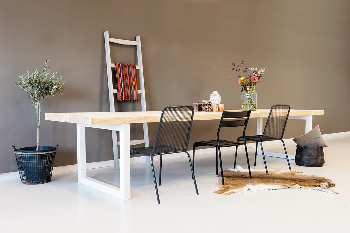 https://myshop.s3-external-3.amazonaws.com/shop2329900.pictures.houten-tafel-gracieus-particulier-plf.jpg