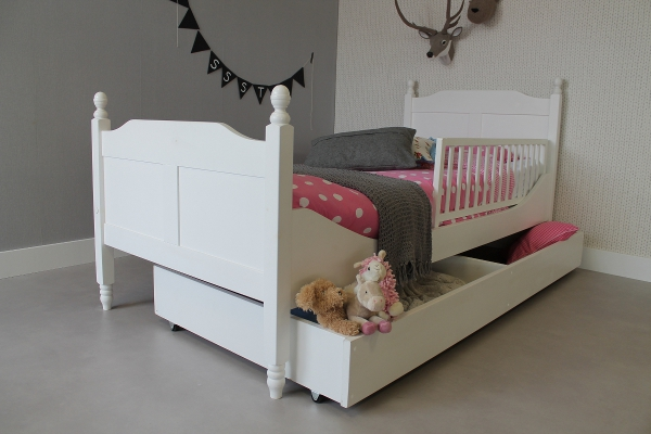 https://myshop.s3-external-3.amazonaws.com/shop2329900.pictures.kinderbed%20amalia%2090x200%20_%20speelgoedlade%20en%20bedhekje.jpg