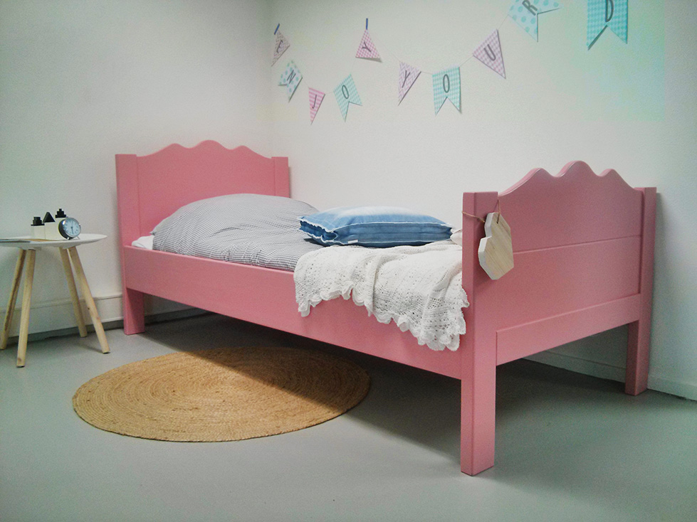 <BIG><B>Lit enfant / Lit adolescent WENDY Pink 90x200</B></BIG><br />(en <u>opaque rose</u> bois de pin massif + sommier gratuit)