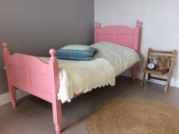 https://myshop.s3-external-3.amazonaws.com/shop2329900.pictures.myshop-medium-Peuterbed-Amalia-Roze-hout-PLF.JPG