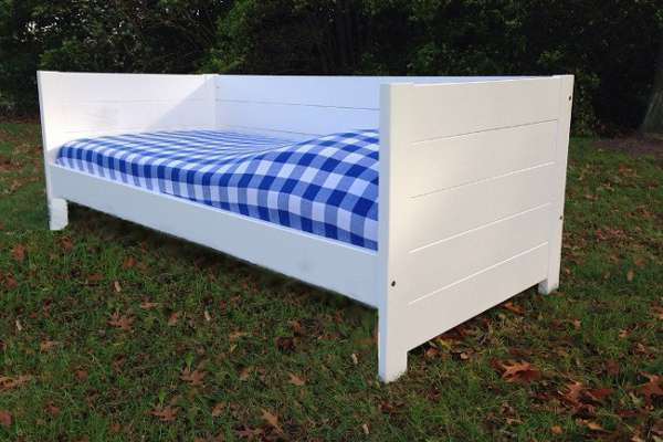 <BIG><B>BEDBANK SAM WIT 90x200</B></BIG><br /><br /><li>in wit massief grenen</li><li>incl.  Lattenbodem</li><br />