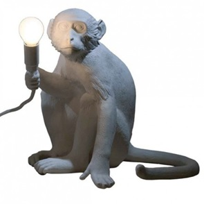 Monkey lamp zittend