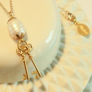 Key chain with white pearl