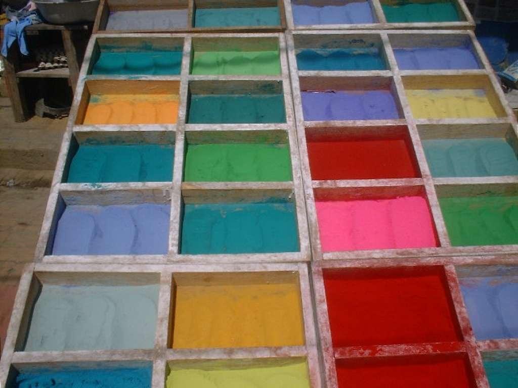 2 - Een kraampje waar gekleurde poeder te koop is voor feesten