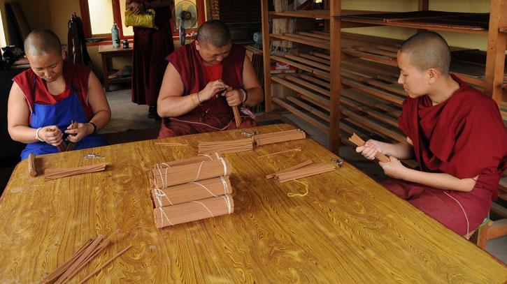 5 - De nonnen verpakken onze wierook in de Kopan Nunnery