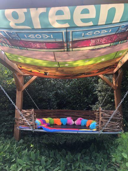 """6 - Het grote vogelnest wat gemaakt is van een trampoline en wilgentenen. Het zeil is gemaakt door Atelier """"Meer""""."""