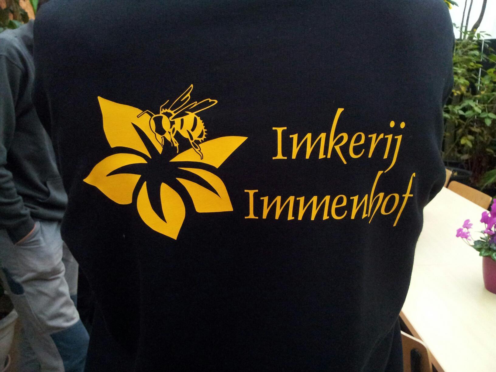 2 - Opdruk van het logo op de achterkant van de truien