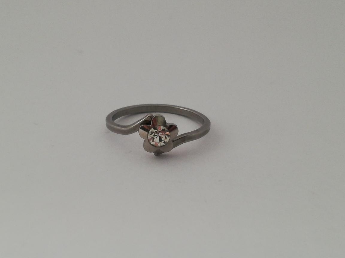 Dunne ring met bloem en steentje