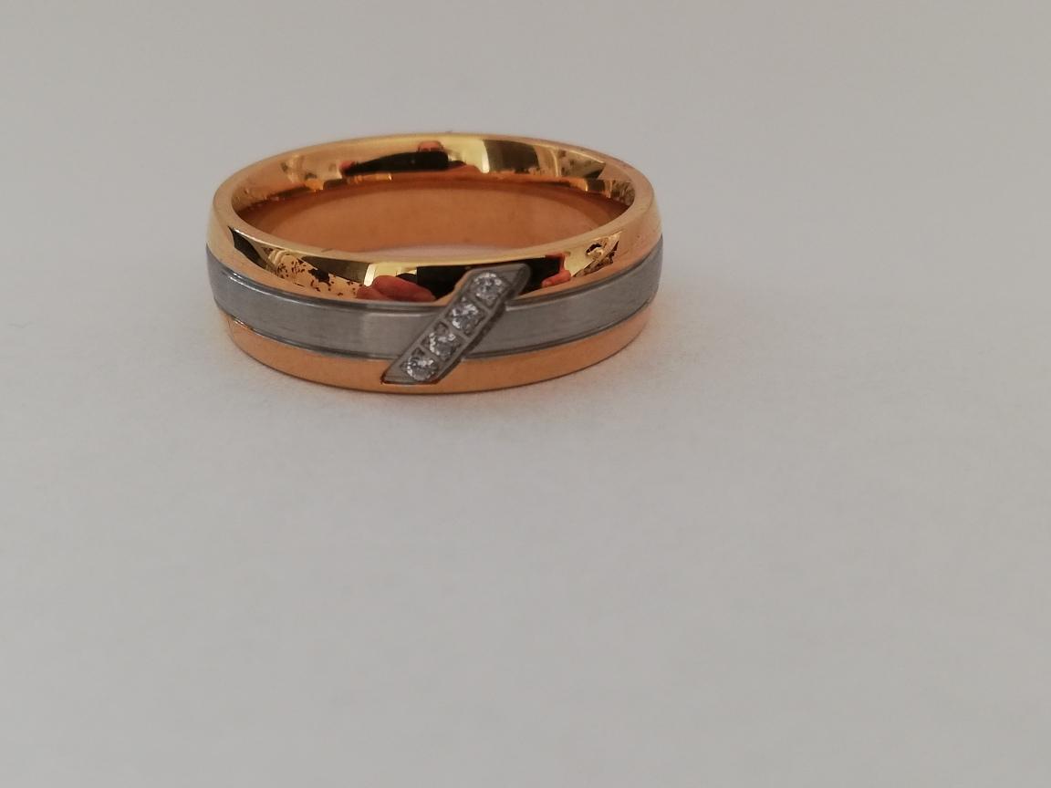 Ring met gouden buitenranden en steentjes
