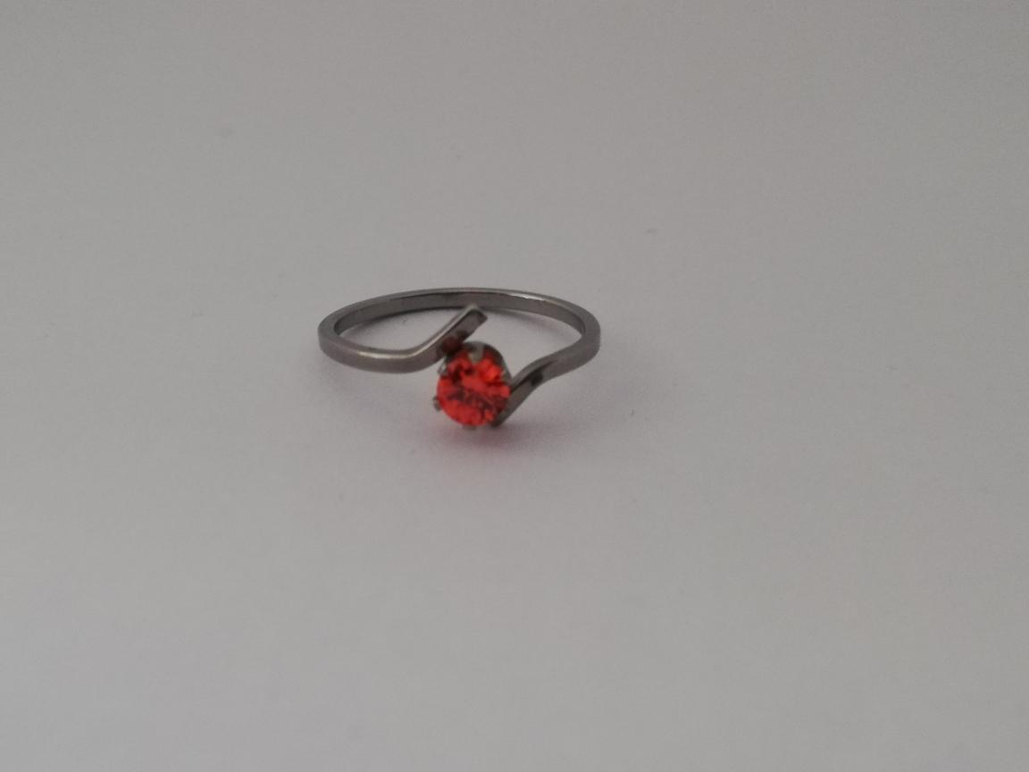 Dunne ring met oranje steen