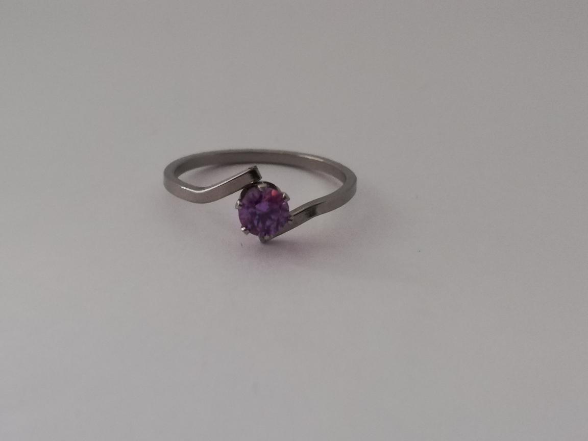 Dunne ring met paarse steen