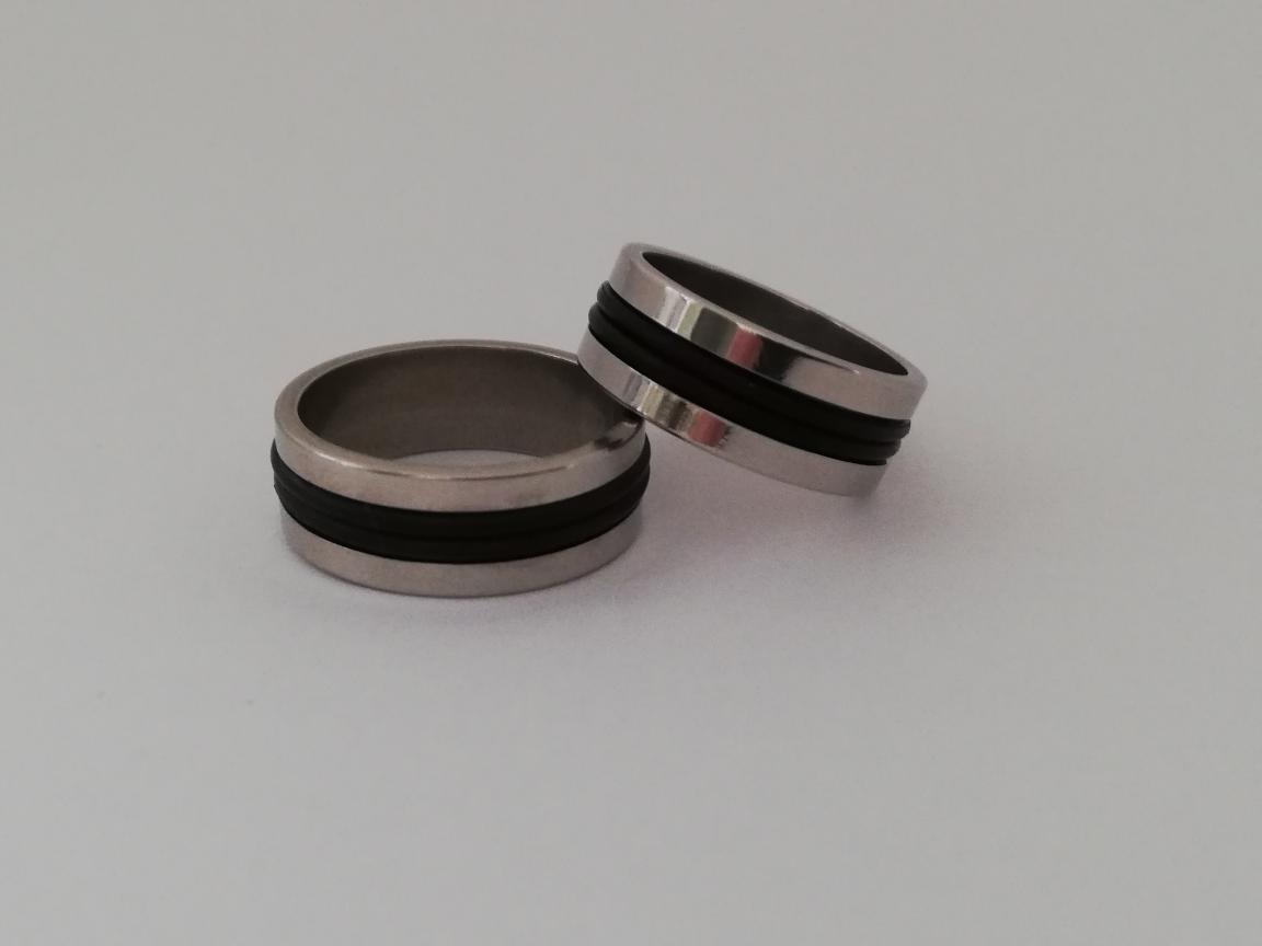 Ring met twee zwarte randen in het midden