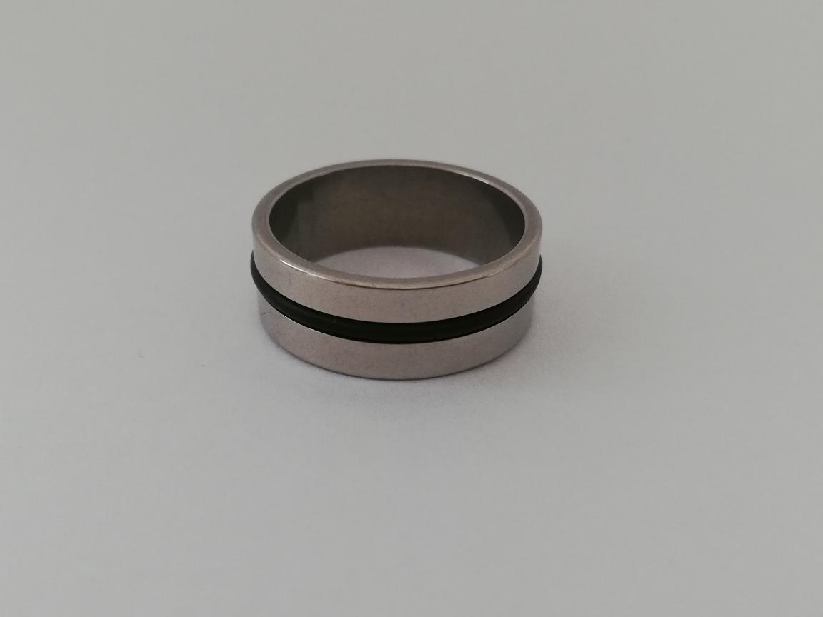 Ring met zwarte rand in het midden