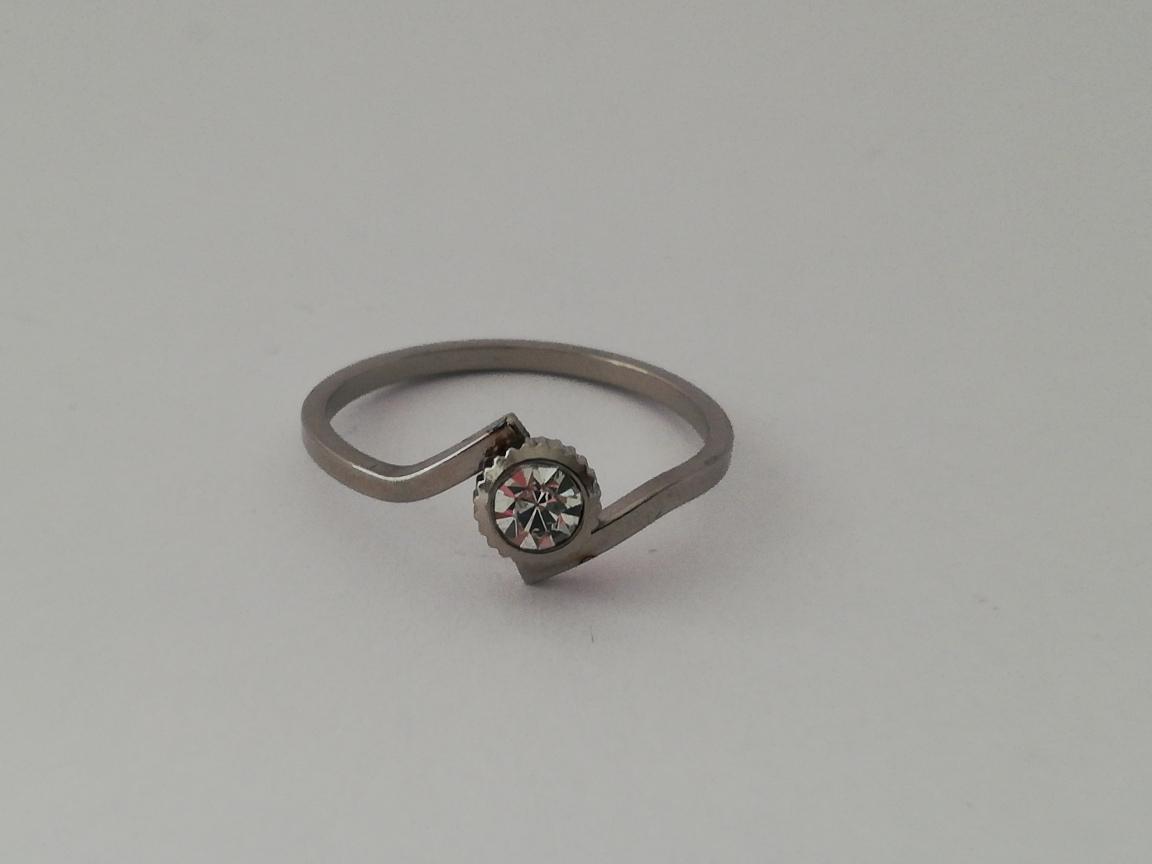 Dunne ring met ribbelrondje en steentje