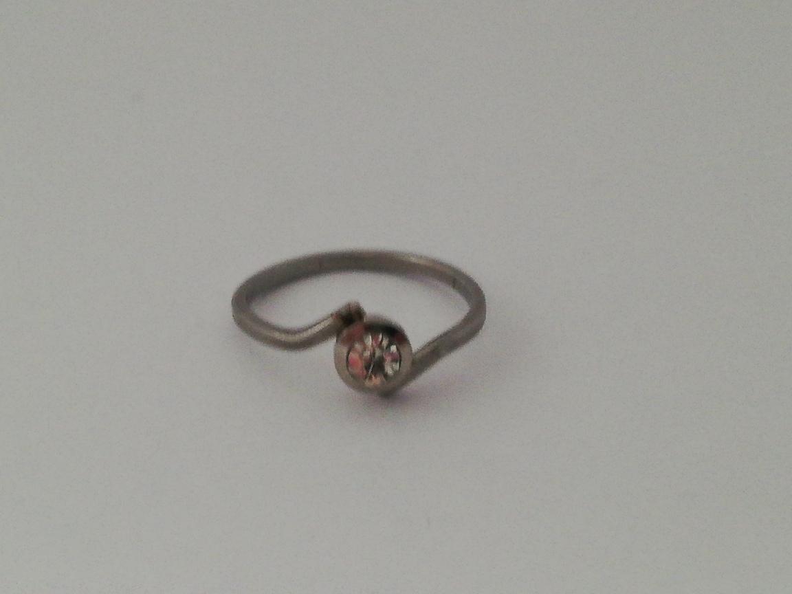 Dunne ring met rondje met steentje
