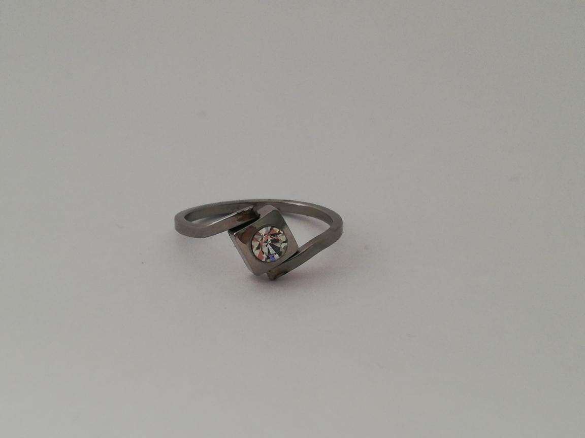 Dunne ring vierkant met steentje