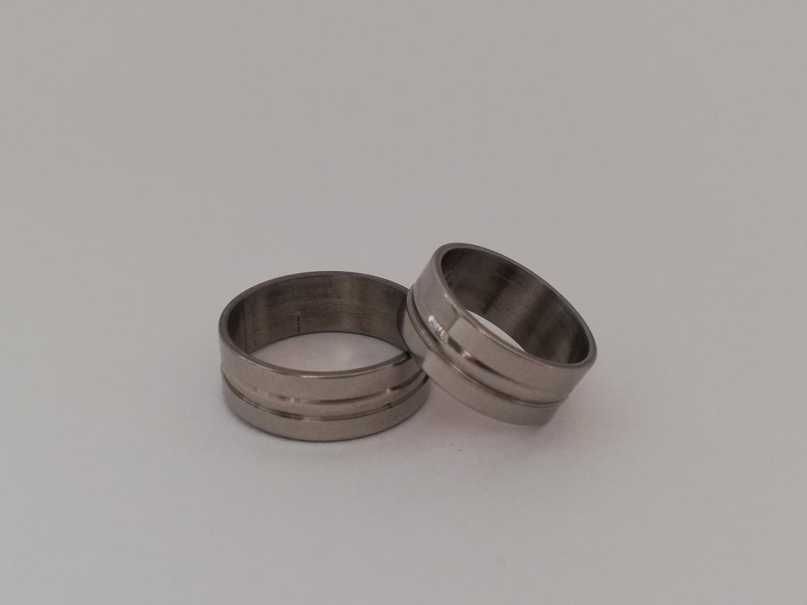 Ring zilverkleurig met rand in het midden
