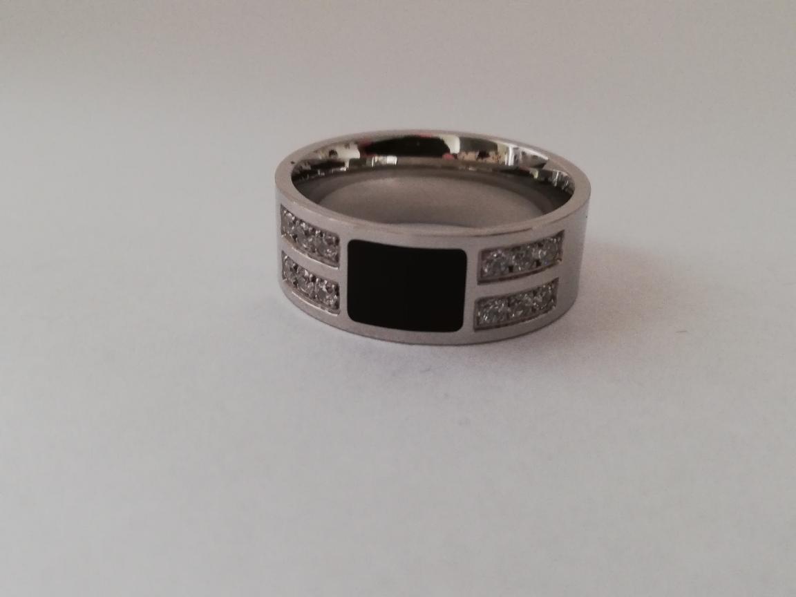 Ring met zwart vlak en steentjes