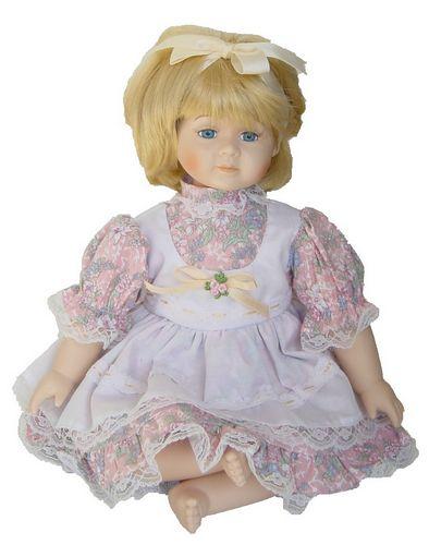 Porseleinen pop meisje zit 32 X 30 centimeter